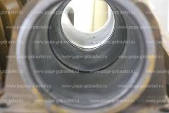 Изношенный корпус передней пневмогидроподвески карьерного автосамосвала